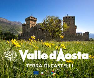 Fotografia di un castello medievale con un prato fiorito in primo piano. Testo: Valle d'Aosta Terra di Castelli